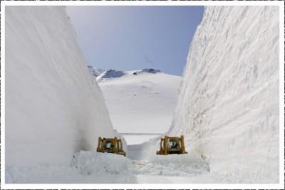 雪の大谷ブルドーザー 400x266 死ぬまでに見たい絶景!雪の大谷ウォークを楽しむ。